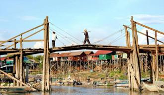 Những ngôi nhà nổi trên dòng nước ở Campuchia