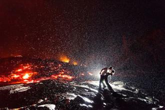 'Nụ hôn nóng bỏng nhất thế giới' trên đỉnh núi lửa Hawaii
