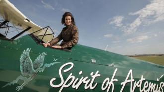 Nữ phi công du lịch qua 23 nước bằng máy bay cổ Biplane 1942