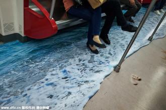 Du khách thích thú với tranh 3D sống động như thật trên tàu điện ngầm