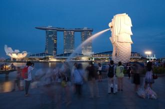 Singapore phạt hướng dẫn viên làm 'cò'