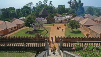 Cung điện giữa rừng thiêng của ông vua 100 vợ