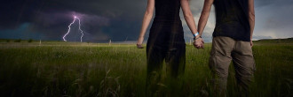 Đôi tình nhân theo đuổi những cơn bão