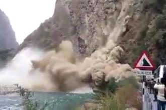 Du khách hoảng sợ bỏ chạy vì núi sụp trước mặt