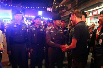 Tư lệnh cảnh sát Thái bắt tay du khách để trấn an