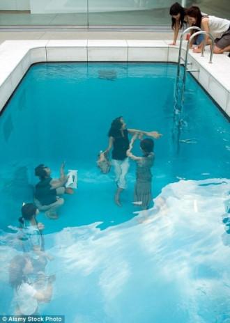 Bể bơi tạo ảo giác thu hút du khách ở Nhật Bản