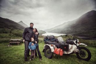 Cả gia đình phượt châu Âu trên xe ba bánh