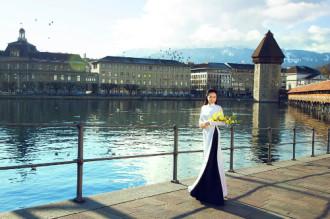 Cô gái Việt mang tà áo dài phấp phới giữa trời Âu