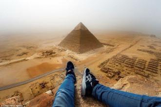 Du khách liều mạng leo lên đỉnh Kim tự tháp ở Ai Cập