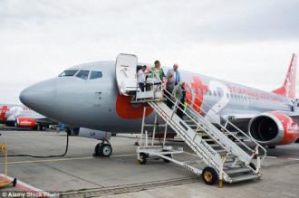 Máy bay hạ cánh khẩn cấp do nữ hành khách say rượu