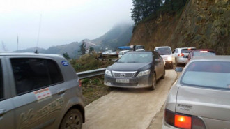 Ôtô chen nhau lên khu du lịch Mẫu Sơn
