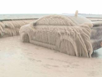 Ôtô đóng băng thành điểm thu hút du khách