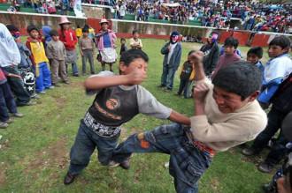 Tục người nhà đánh nhau mừng năm mới ở Peru