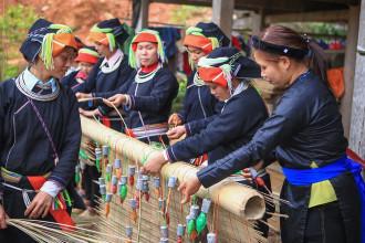 Phụ nữ Dao được Australia hỗ trợ làm mành cọ, váy thổ cẩm