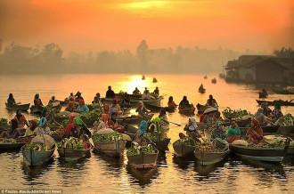Vẻ bình yên của chợ nổi Indonesia