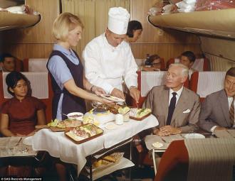 Bữa ăn xa hoa trên khoang máy bay hạng nhất 70 năm trước