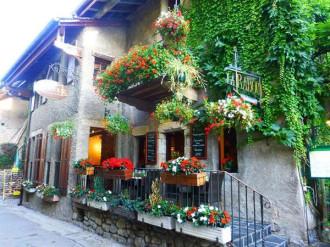 Hoa nở rộ trên ngôi làng đá ở Pháp