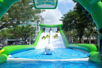 Lễ hội trượt nước trên phố ở 3 miền Bắc - Trung - Nam