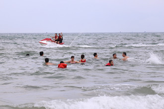 Quảng Bình kêu gọi người dân tắm biển để kích cầu du lịch