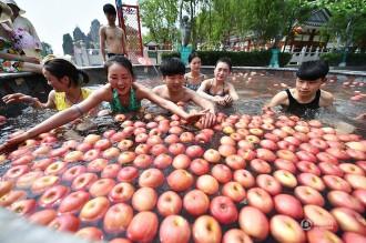 Trung Quốc tung dịch vụ tắm suối nước nóng với trái cây tươi