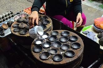Quán bánh căn vỉa hè hơn 10 năm ở Sài Gòn