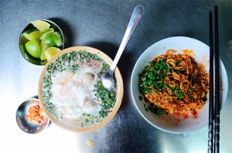 Quán mì cay muối ớt 40 năm trong hẻm nhỏ Sài Gòn