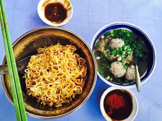 Quán mì bò viên hút khách ở vỉa hè Sài Gòn