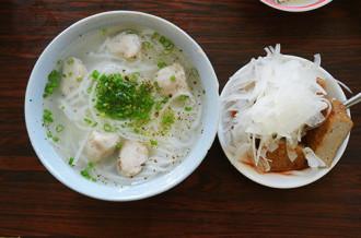 Quán bánh canh gần 20 năm nổi tiếng ở Nha Trang