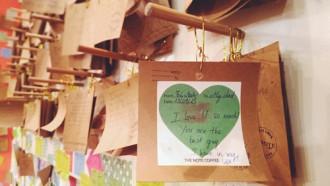 Quán cà phê lưu giữ những lời nhắn viết tay ở Hà Nội