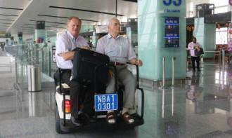 Khách được đi xe điện miễn phí trong khu cách ly ở Nội Bài