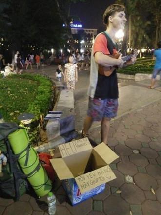 Chàng trai Tây hát xin tiền trên phố Hà Nội để đi du lịch
