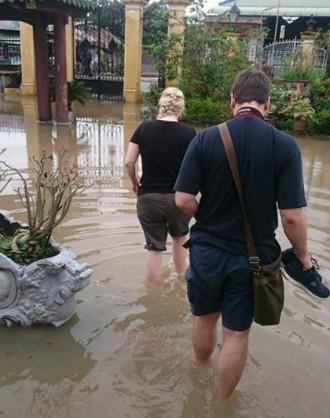 Nhà cổ Bình Thủy ngập, khách Tây vui vẻ lội nước