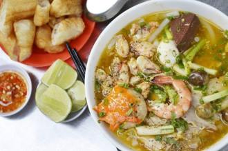 Quán bánh canh cua 40 năm hút khách ở Sài Gòn